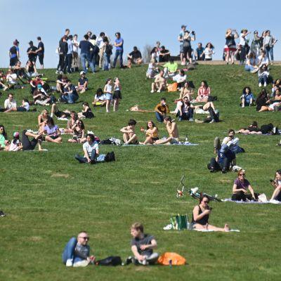 Det kryllar av människor på Primrose Hill i London efter att man lättat på de brittiska restriktionerna.