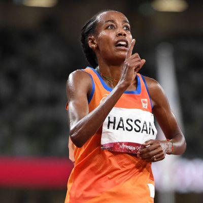 Sifan Hassan juhlii olympiakultaa 10 000 metrillä
