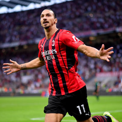 Zlatan Ibrahimovic tuulettaa maalia.