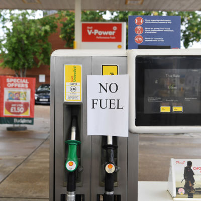 "En bensinpump med en lapp med texten ""NO FUEL""."