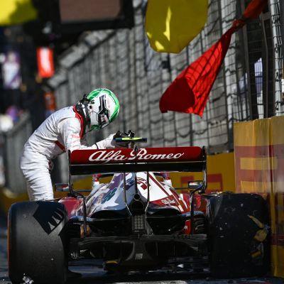 Alfa Romeon Antonio Giovinazzi harmittelee törmäystään.