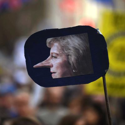 Premiärminister Theresa May med Pinocchio-näsa i vad som liknar en backspegel. Det var ett av plakaten under lördagens demonstration i London där upp till en miljon människor protesterade mot brexit.