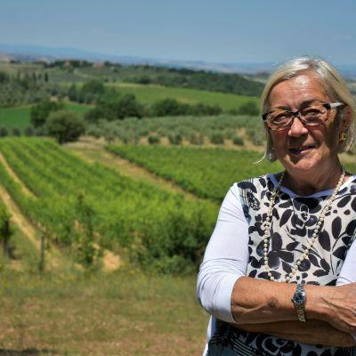 Donatella Cinelli Colombini framför en av sina många vinodlingar inte långt från andra kända vindistrikt såsom Chianti och Montalcino.