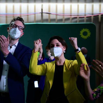 Vihreiden Andreas Schwarz ja  Sandra Detzer tuulettivat vaalitilaisuudessa Stuttgartissa.