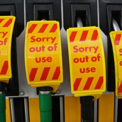 """Fyra bensinpumpar i rad med texten """"Sorry out of use""""."""
