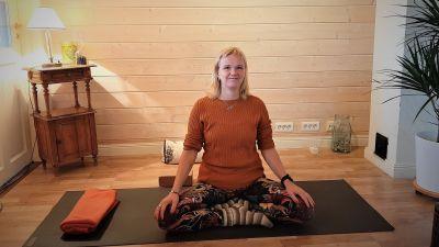 Micaela Österlund på yogamattan.