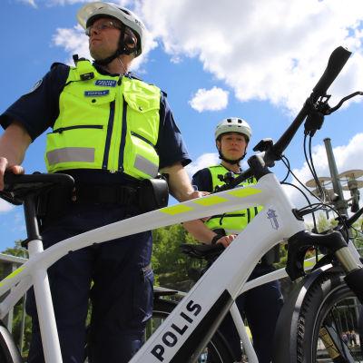 Fillaripoliisit Turun Teatterisillalla, ylikonstaapeli Matti Pippola ja vanhempi konstaapeli Kia Järvinen, Lounais-Suomen poliisi.