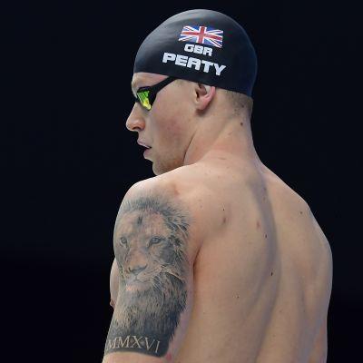 Adam Peaty med simmössa på huvudet.