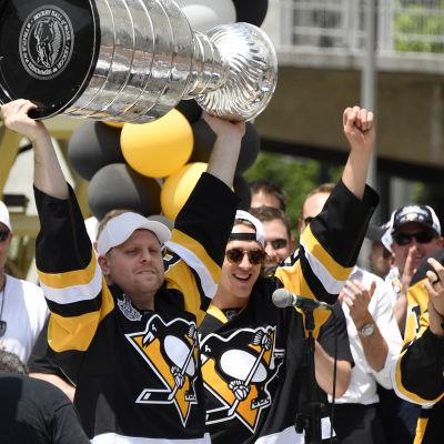 Phil Kessel lyfter Stanley Cup-pokalen.
