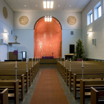 Käpylän kirkkosalin näkymä ulko-ovilta alttarin suuntaan 9.12.2016.