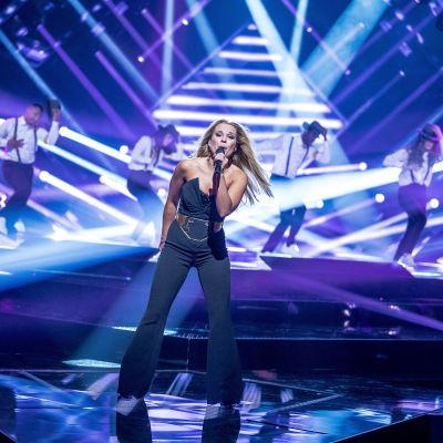 """Krista Siegfrids uppträder i Melodifestivalens tredje deltävling i Växjö den 18 februari 2017 med bidraget """"Snurra min jord."""""""