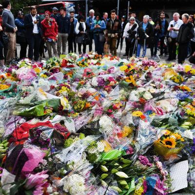 Blommor på London Bridge efter terroristangrepp där.