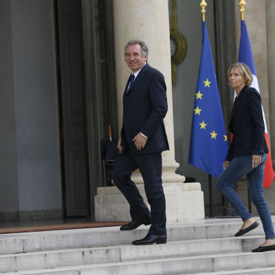Både justitieminister François Bayrou och Europaminister Marielle de Sarnez lämnar regeringen i likhet med partikamraten försvarsminister Sylvie Goulard