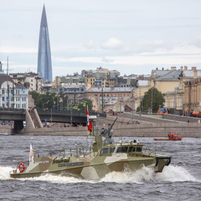 En rysk militärbåt kör på Nevafloden vid S:t Petersburg under generalrepetitionen inför en sjöparad.