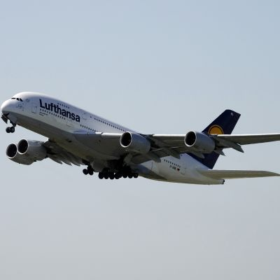 Lufthansan Airbus A380 ensilento Helsinkiin 15.9.2010. Kone saapui Tukholmasta. Video: Yle