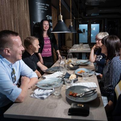 Ravintolapäällikkö Heli Lahtinen keskustelee lounasasiakkaiden kanssa aterian jälkeen, Bistro Manu, Sokos Hotel Presidentti, Kamppi, Helsinki, 21.7.2020.