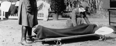 Patient på bår under Spanska sjukan 1918.