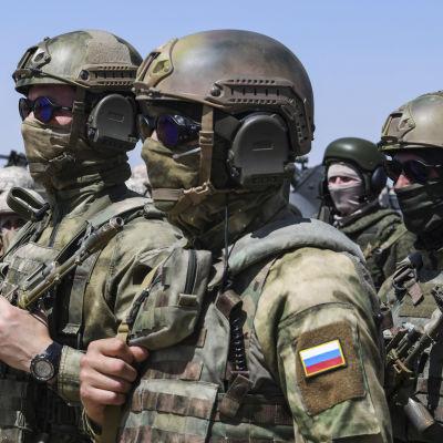 Ryska soldater under en militärövning vid gränsen mellan Afghanistan och Uzbekistan.