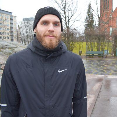 Timo Furuholm Turun Mikaelinkirkon edessä.