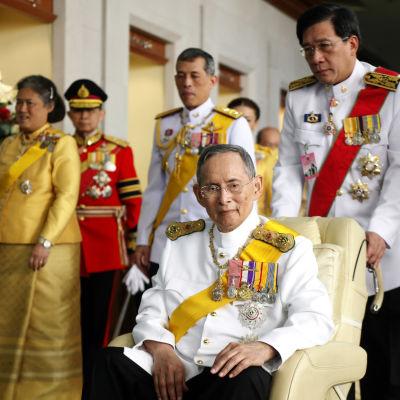 Thailands långvarige kung Bhumibol Adulyadej lämnar sjukhuset på sin 85-årsdag.