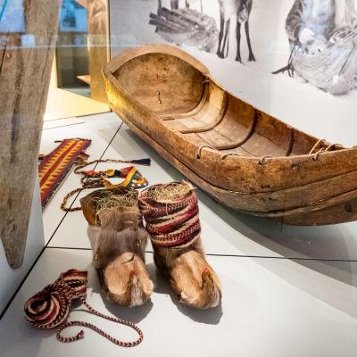 Skor och en släde tillverkad enligt skoltsamisk tradition.