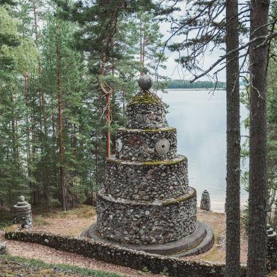 Kivistä tehty muistomerkki järven rannalla.