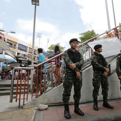 Soldater har i Bankok kommenderats ut på gatorna till platser där demonstrationer kan äga rum.
