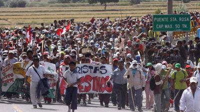 Invånare i Peru som demonstrerar mot gruvprojekt.