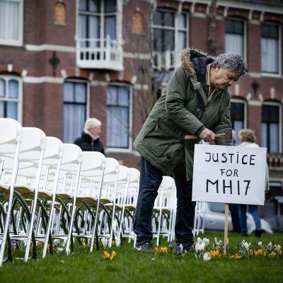 Anhöriga till dödsoffren ombord på MH17 placerade 298 vita plaststolar utanför den ryska ambassaden i Haag i Nederländerna på söndagen, dagen innan rättegången börjar.