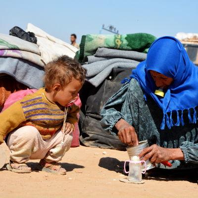 Flyktingar från det IS-kontrollerade Raqqa.