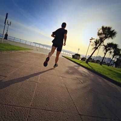En löpare i solnedgången.