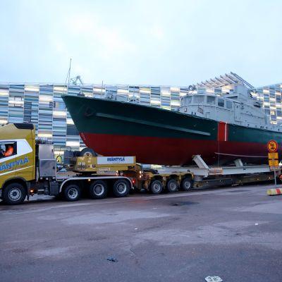 Museolaiva Telkkää siirretään lavalla Kantasatamassa