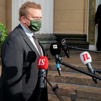 Puolustusministerinministeri Antti Kaikkonen Säätytalon portailla.