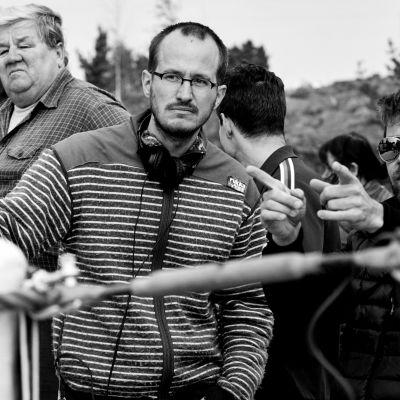 Elokuvaohjaaja Juho Kuosmanen ja kuvaaja J-P Passi Hymyilevä mies -elokuvan kuvauksissa.