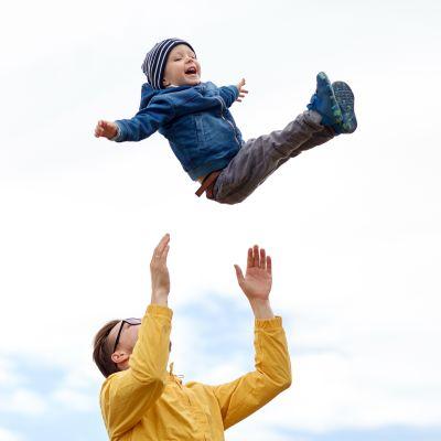 pappa slänger upp liten kille i luften