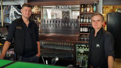 Två män som står i en bar.