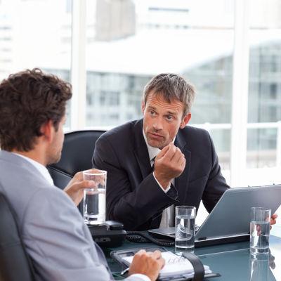 Två män och en kvinna på möte på jobbet.