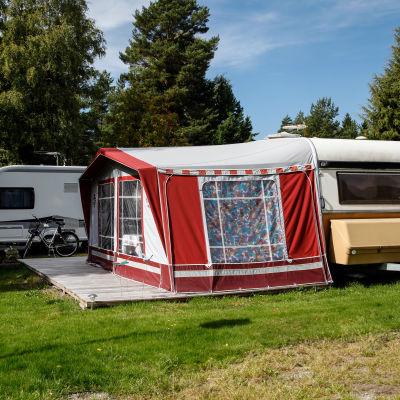 Husvagnar och husvagnstält på campingplats.