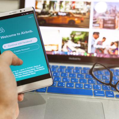 En telefon som visar appen airbnb.