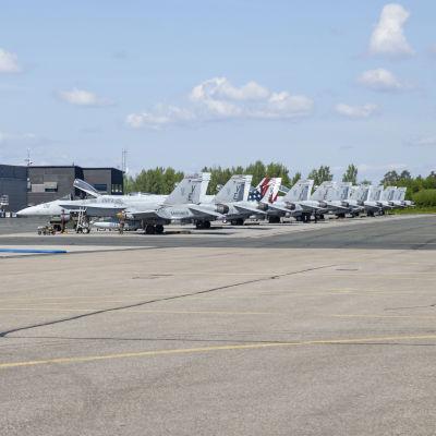 Yhdysvaltojen merijalkaväen omistamia F/A-18 Hornet koneita Rissalassa