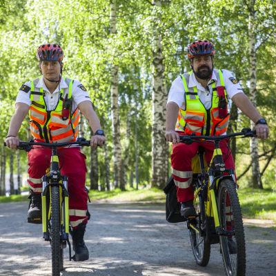 Pohjois-Savon pelastuslaitoksen polkupyörä ensihoitajia, Ensihoitaja Sakari Saukkoriipi ja Lääkintäesimies  Mikko Leppäharju