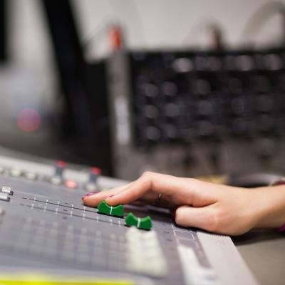 Person petar på mixerbord