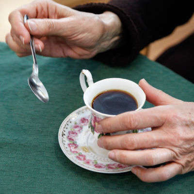 Händer och en kaffekopp.