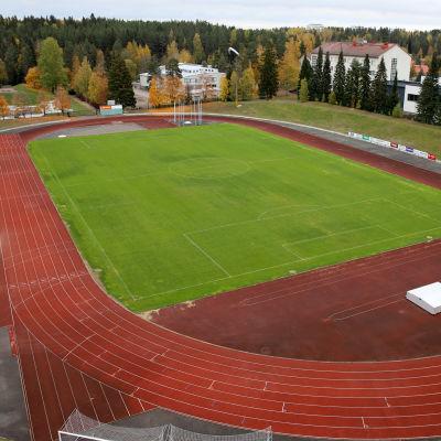 Yleisurheilu- ja jalkapallokenttä Kouvolan urheilupuistossa
