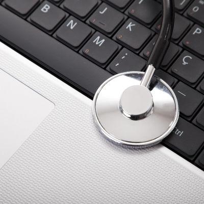 Ett stetoskop på en bärbar dator.