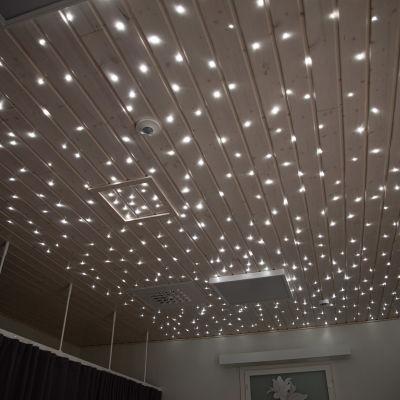 Savitaipaleen uudella hyvinvointiasemalla on vainajille tarkoitetussa huoneessa led-valoilla totetutettu tähtitaivas katossa.
