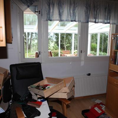 Ett stökigt rum efter att en litauisk liga gjort ett bostadsinbrott år 2012. Lådor är utdragna och ligger huller om buller.