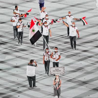 Hend Zaza bär den syriska flaggan under OS-invigningen.