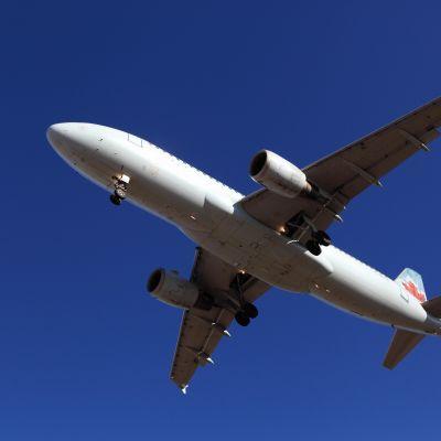 Ett plan av typen Airbus 320 undvek med nöd och näppe att bli träffad av en syrisk luftvärnsmissil nära Damaskus.