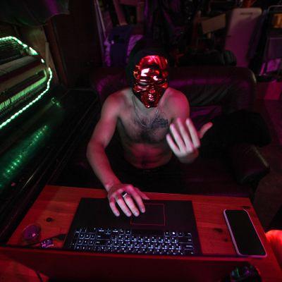 """Pietarilainen """"Ilja"""" jätti työn nettiseksipalvelussa."""